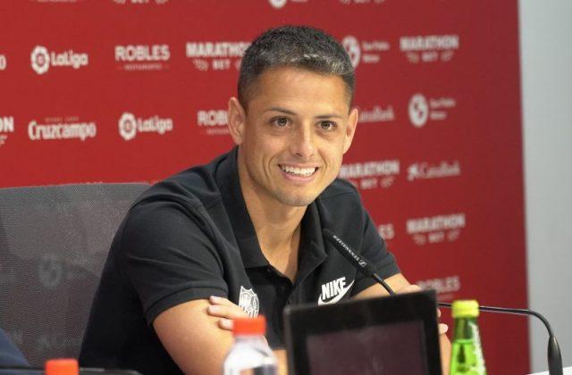 Chicharito, feliz durante su presentación con el Sevilla   Foto: Sevilla FC