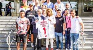 Representantes del Sevilla, en el Hospital Virgen del Rocío | Imagen: Sevilla FC