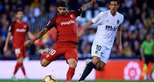 Banega dispara a puerta en un partido ante el Valencia