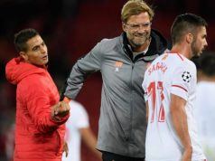 Jürgen Klopp, saludando a Ben Yedder y Sarabia, tras el partido entre Liverpool y Sevilla | Imagen: The Independent