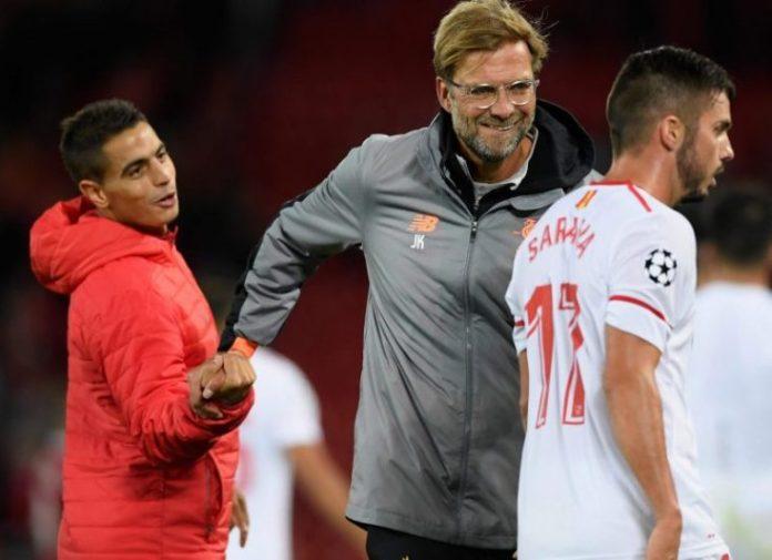Jürgen Klopp, saludando a Ben Yedder y Sarabia, tras el partido entre Liverpool y Sevilla   Imagen: The Independent