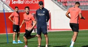 Lopetegui, junto a Dabbur, Vázquez y Diego Carlos, durante un entrenamiento del Sevilla | Imagen: Sevilla FC