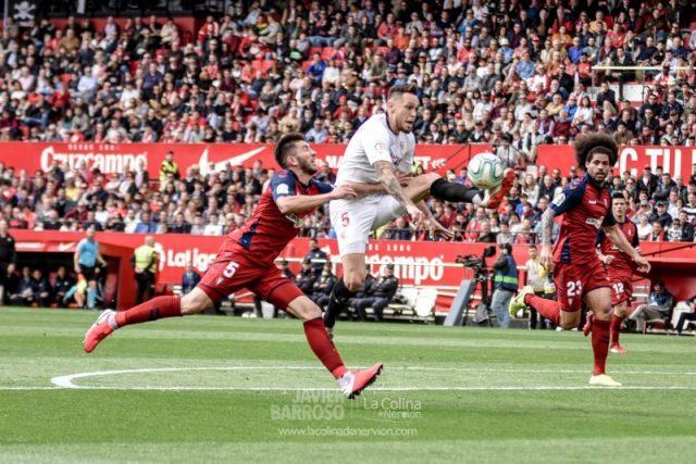 Ocampos, controlando el balón en el partido entre Sevilla FC y Osasuna | Imagen: Javier Barroso, La Colina de Nervión