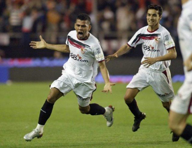 Dani Alves, con la camiseta del Sevilla FC, durante la victoria hispalense ante el FC Barcelona, el 3 de marzo de 2007 en el Sánchez-Pizjuán  Imagen: CRISTINA QUICLER/AFP via Getty Images
