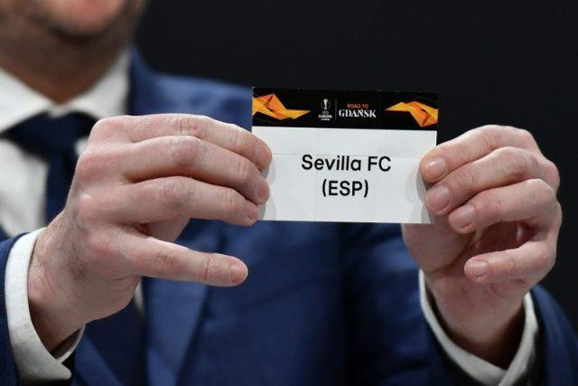 Dietmar Hamann, sujetando la papeleta del Sevilla FC durante el sorteo de octavos de la UEFA Europa League|Imagen: Fabrice COFFRINI / AFP via Getty Images