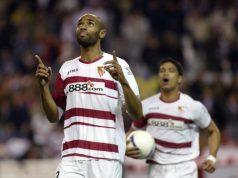 Kanouté, celebrando un tanto con el Sevilla FC