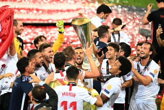 Sevilla Fútbol Club alzando su sexta Europa League || Photo by Lars Baron/Getty Images