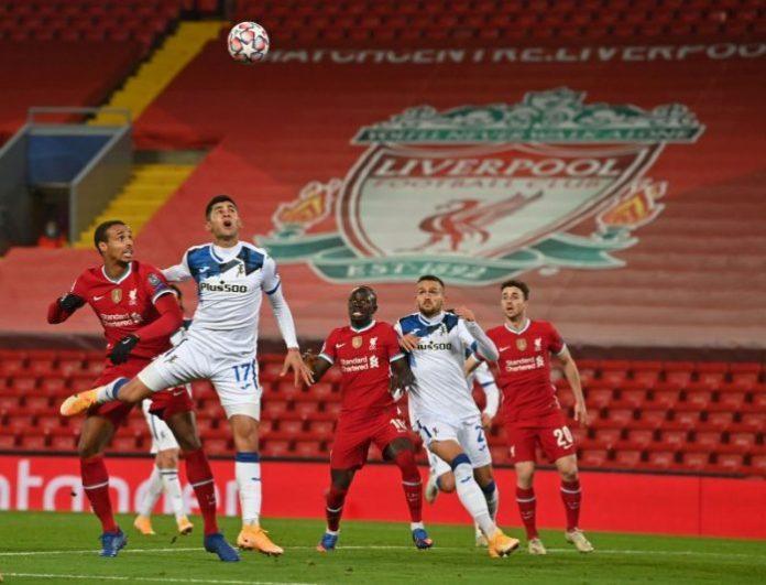 Jugadores del Liverpool y Atalanta disputando un balón aéreo. Noticias Sevilla FC.