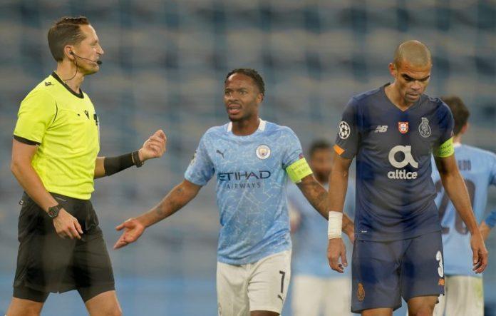 Sterling y Pepe en el partido Manchester City - Oporto.