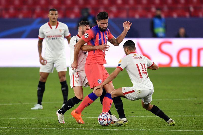 Óscar Rodríguez y Sergi Gómez rodeando a Giroud, noticias Sevilla FC