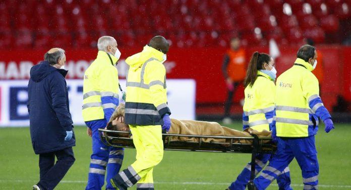 Lucas Ocampos en camilla tras su lesión
