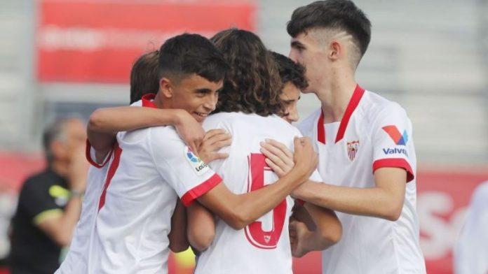 Jugadores del Sevilla FC Infantil celebrando un gol en LaLiga Promises, grandes noticias para la cantera.