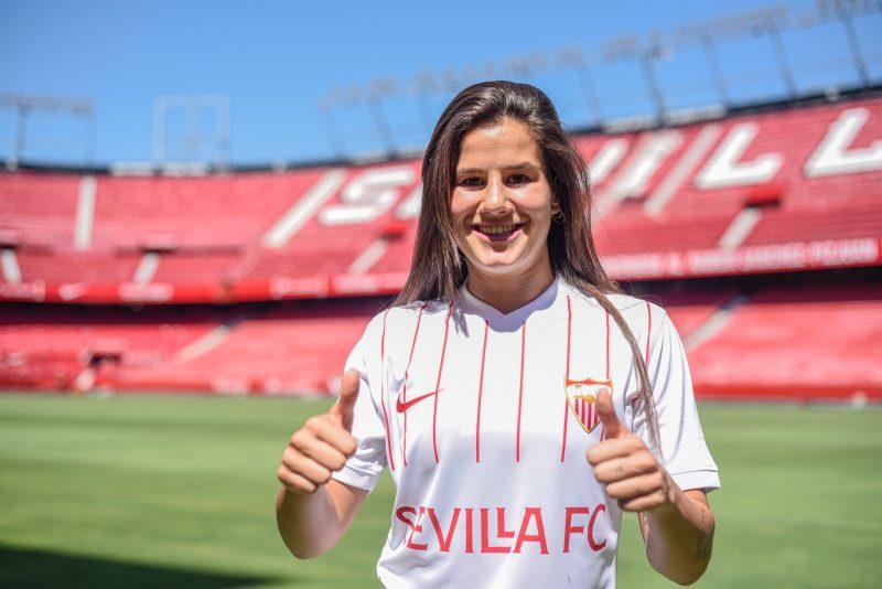 Eli del Estal posando como uno de los fichajes del Sevilla FC Femenino.
