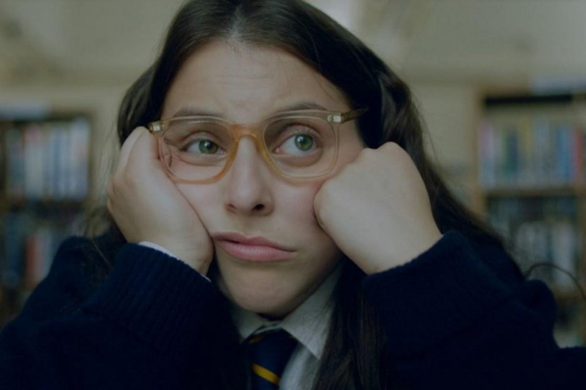 Beanie Feldstein protagoniza el trailer de How to Build a Girl