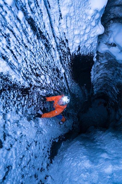 Dani Arnold klettert aus der Dunkelheit des Gletschers