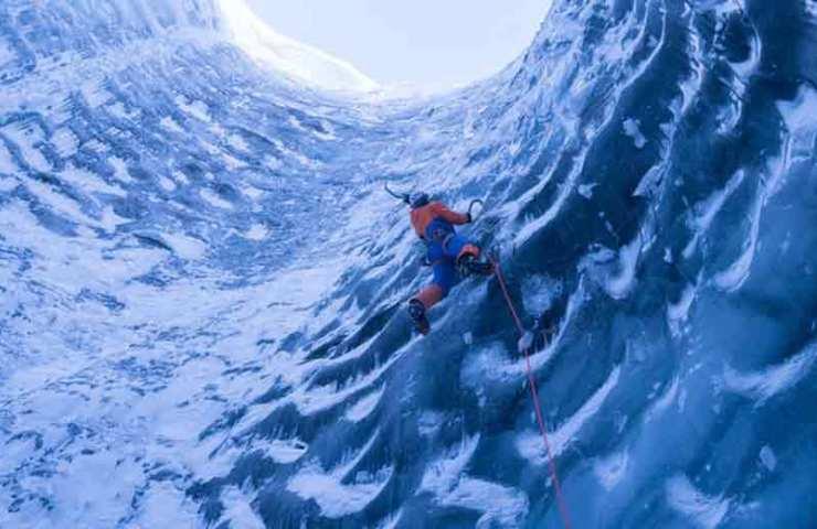Dani Arnold klettert in den tiefen eines Gletschers