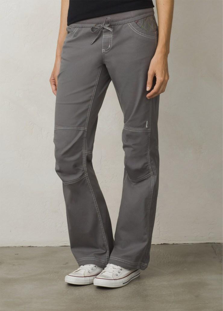 Boulderhose für Damen aus elastischem, langlebigem Baumwollcanvas. Vorgeformte Knie. Strickbund mit Taillenkordel. Zwei Eingrifftaschen und zwei Gesässtaschen. Seitliche Beinschlaufe für das Fixieren des Bürstchens