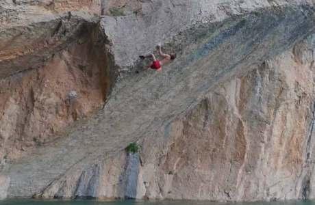 Chris Sharma hat einen neuen Deep Water Soloing Spielplatz gefunden: Mont Rebei