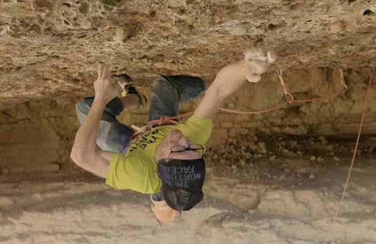 Iker Pou klettert die Route Artaburu in einem Monsterdach bei Margalef