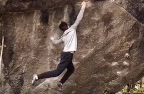 Dem 16-jährigen Lasse von Freier gelingt die Begehung von Off the Wagon (8b+) im Val Bavona