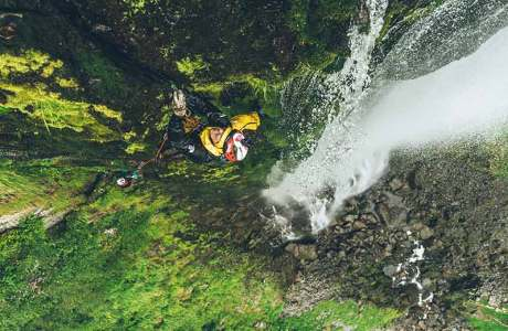 James Pearson und Caroline Ciavaldini klettern an japanischen Wasserfällen