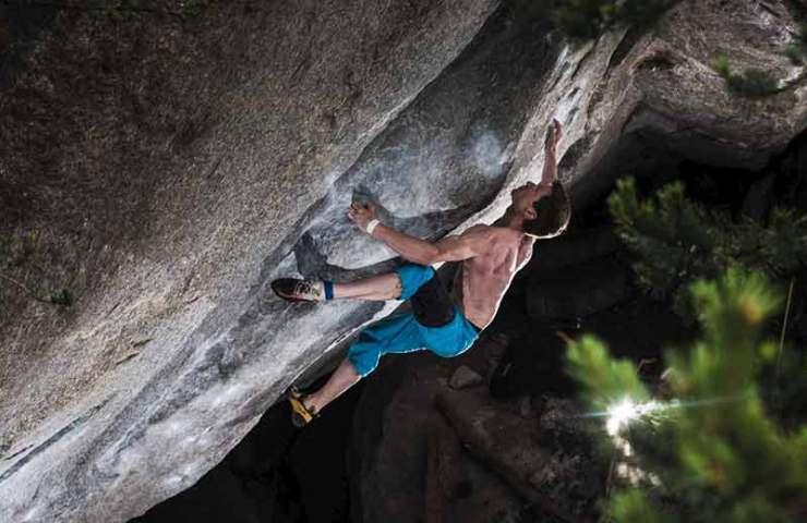 Martin Keller gelingt der Sitzstart des Boulders Ninja Skills (8c/8c+) in Sobrio