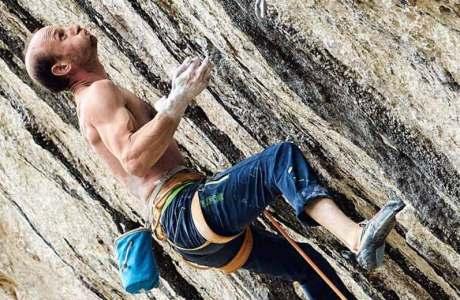 Cédric Lachat klettert Sweet Neuf (9a+) in Pierrot Beach