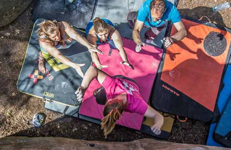 So legst du Crashpads beim Bouldern richtig aus