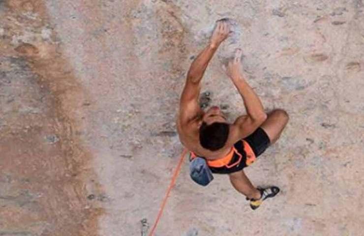 Philipp Geisenhoff anota al Sr. Hyde (8c +) en el área de escalada deportiva Céüse