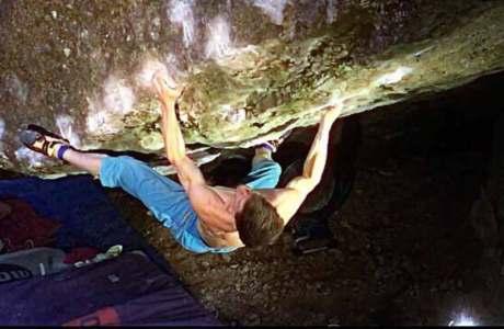 Martin-Keller-gelingt-die-Erstbegehung-der-Sitzstartversion-des-Boulders-Riot-Act