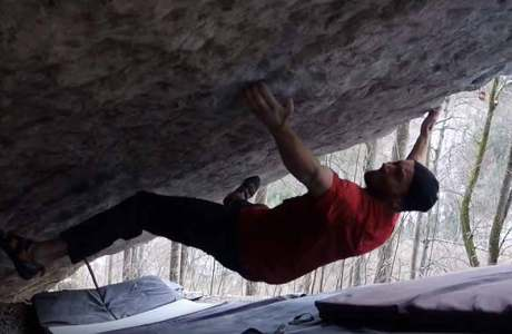 Toni Lamprecht climbs the Boulder Real Absurdistan (8c) in the Kochel area
