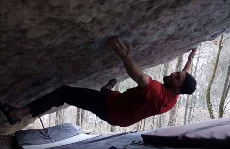 Toni Lamprecht klettert den Boulder Real Absurdistan (8c) im Kochelgebiet