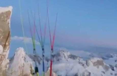 Fabi Buhl comienza con un parapente desde la cima del Cerro Torre