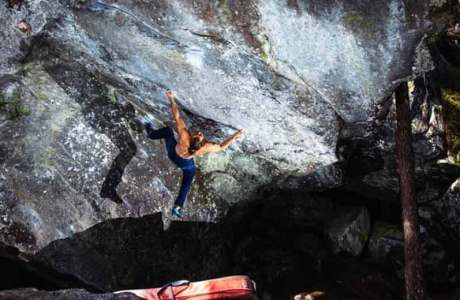 Jonas Winter klettert den 8c-Boulder Power of Now im Magic Wood