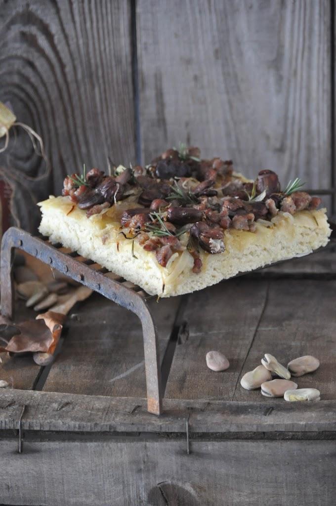 Focaccia alla salamella, fave e cipolle