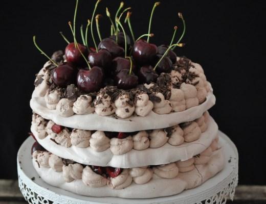 Pavlova al cacao e ciliegie