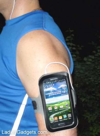 Belkin Slim Fit Armband for Samsung Galaxy S4 Hands on Review (8)