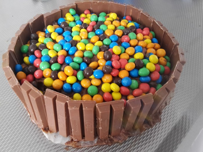 recept: kitkat / m&m taart - ladify