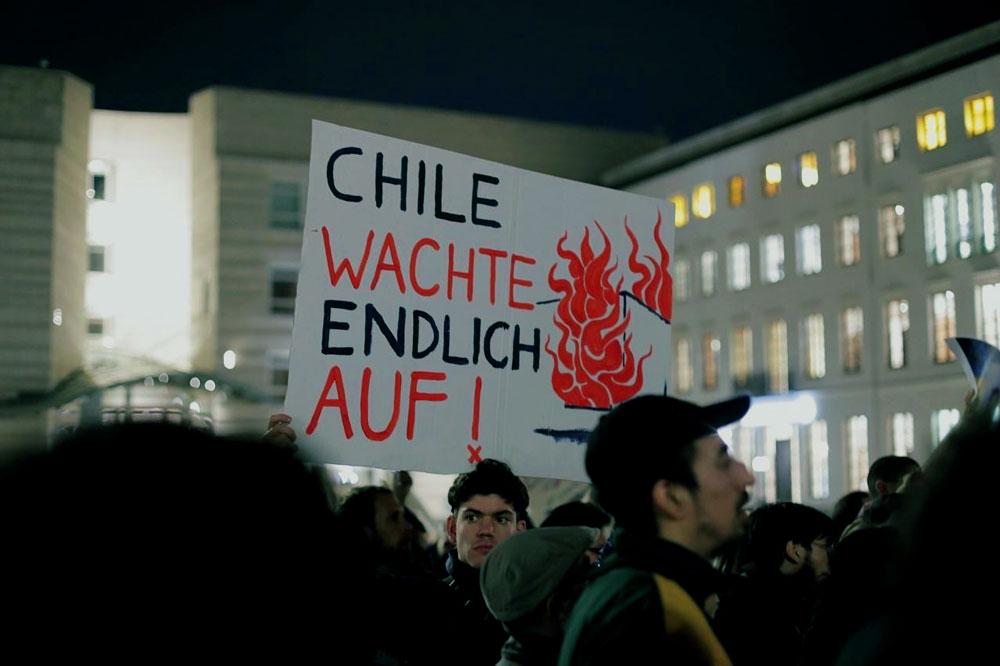 """Chile wachte endlich auf!"" - ""Chile finalmente despertó"" - Otra pancarta en alemán. - Foto: Pablos Hassmann - Lado|B|erlin"