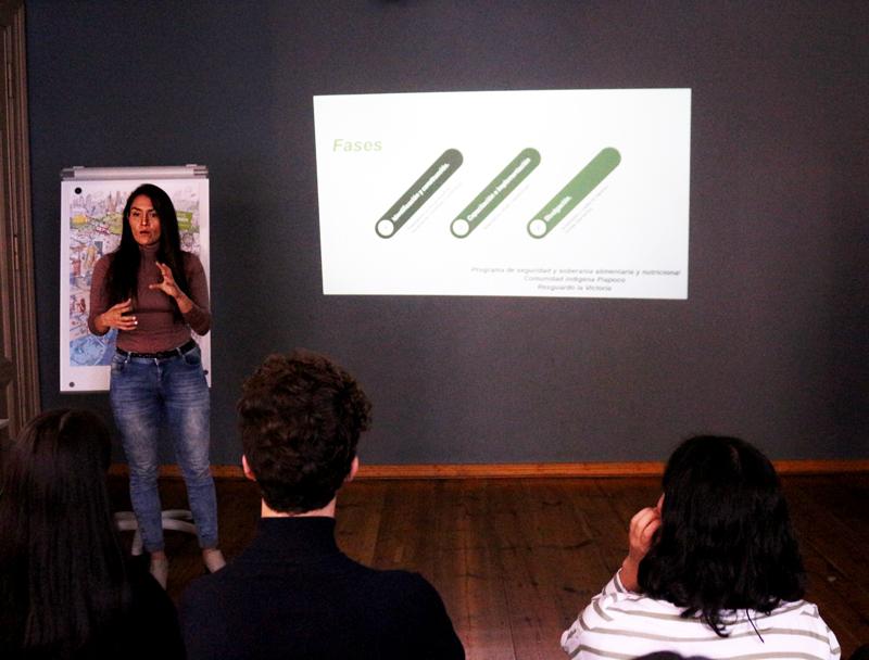 Joven emprendedora latinoamericana presentando su proyecto en Conexión Humboldt.