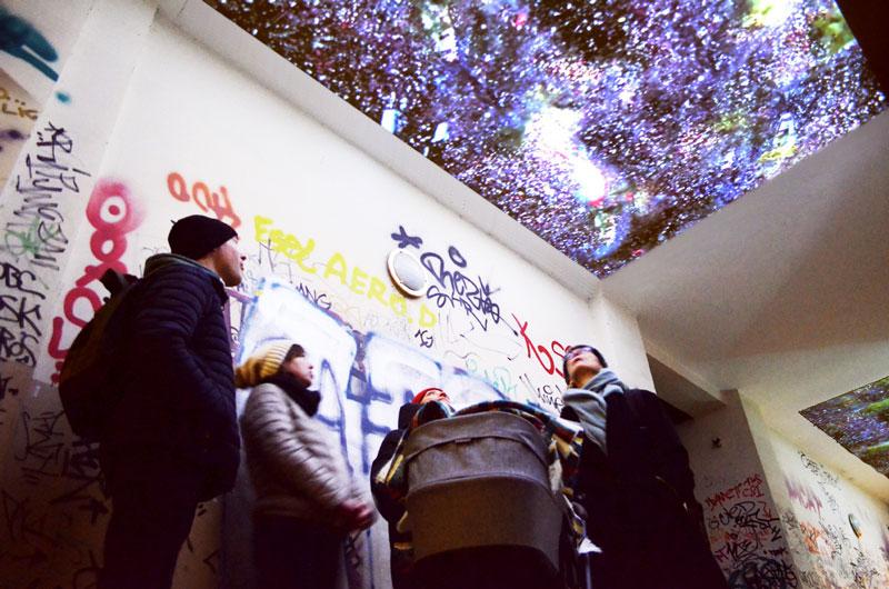 Video instalación de las protestas en Santiago, interviniendo el techo de la arquitectura del espacio expositivo. Foto: José Contreras Aguad.