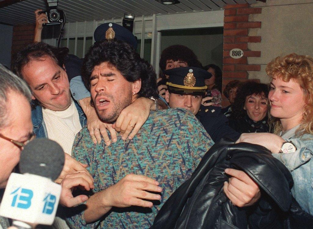 Maradona es arrestado el 26 de abril de 1991 en Argentina por posesión de medio kilo de cocaína. ©DANIEL LUNA/AFP via Getty Images.