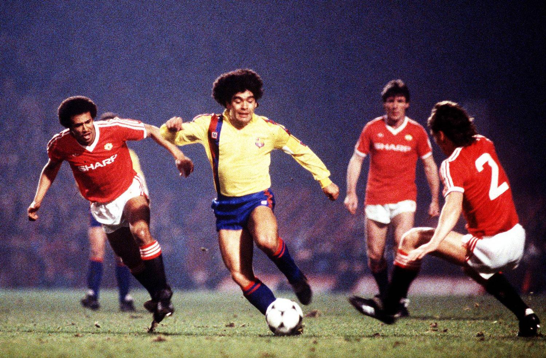 Maradona jugando para el Barcelona, gambeteando a Remi Mark Moses (izq.) y Mike Duxbury del Manchester United en el partido que perdería por 3 a 0 contra el Manchester United el 21 de marzo de 1984 por la Copa de Europa. Maradona nunca se pudo asentar en el equipo culé que terminó prescindiendo de él. ©imago/Colorsport.