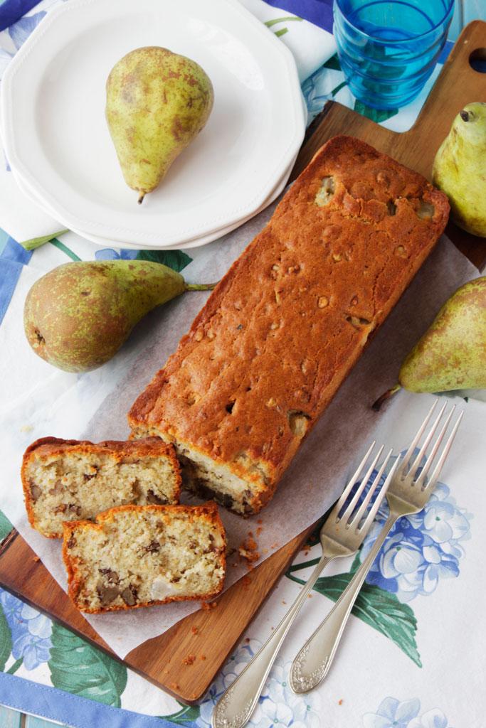 Bizcocho salado de peras, nueces y queso azul