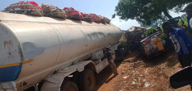 Travellers, stranded, protesting trailer drivers, Mokwa-Jebba Road, Niger