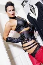 Domina-Alina-Leder-Outfit-02