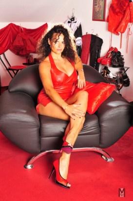 Domina Lady Alina sitzt im Sessel