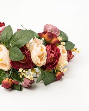 Couronne de fleurs avec roses rouges et roses