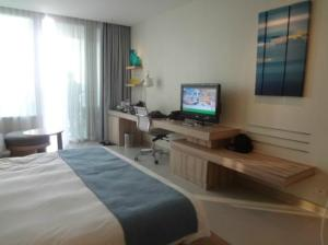 Holiday Inn Pattaya from the other wise with tv and desk