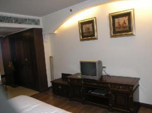 LK Metropole Hotel room
